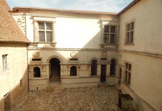Cour du Château de Varaignes