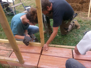 vissage de la structure bois stage construction paille