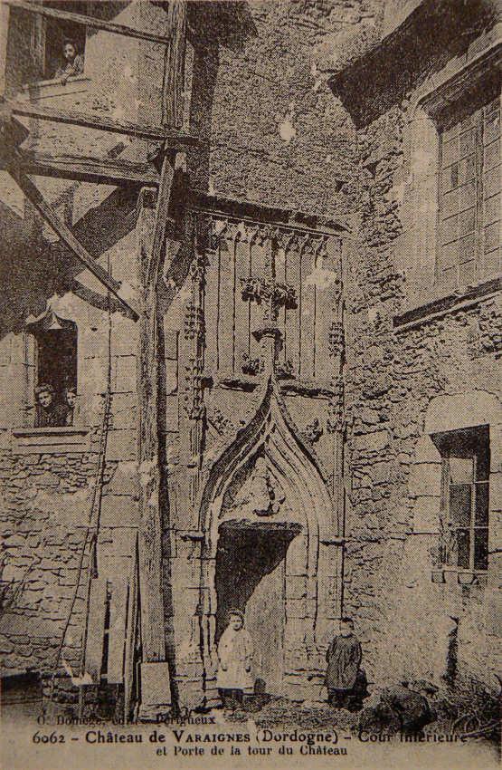 porte gothique du château de Varaignes